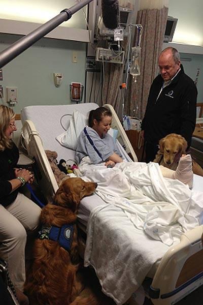 O cachorros Ruthie e Luther visitam sobrevivente do ataque em Boston pouco antes dela passar uma cirurgia na perna