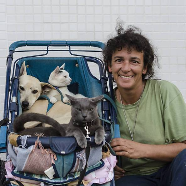 A moradora de rua Marli posa para foto com seus dois gatos (gato cinza: Presidente, gata branca: Santinha Chorona) e sua cadela (Princesa)